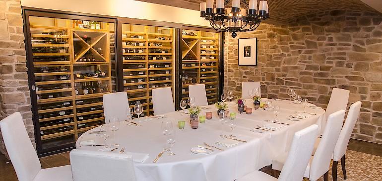 Kleine Gesellschaften einer Hochzeitsfeier fühlen sich im stilechten Weinkeller besonders wohl