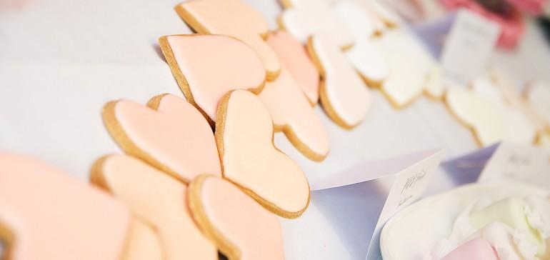 Dekorieren Sie Ihren Tisch mit liebevollen Kleinigkeiten wie Herz-Keksen
