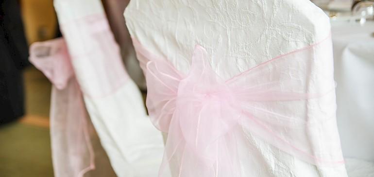 Stuhlhussen sind eine schöne Deko für Hochzeitsfeiern