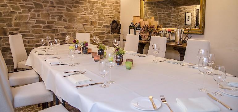 Stilecht und urig präsentiert sich der Weinkeller für bis zu 16 Personen