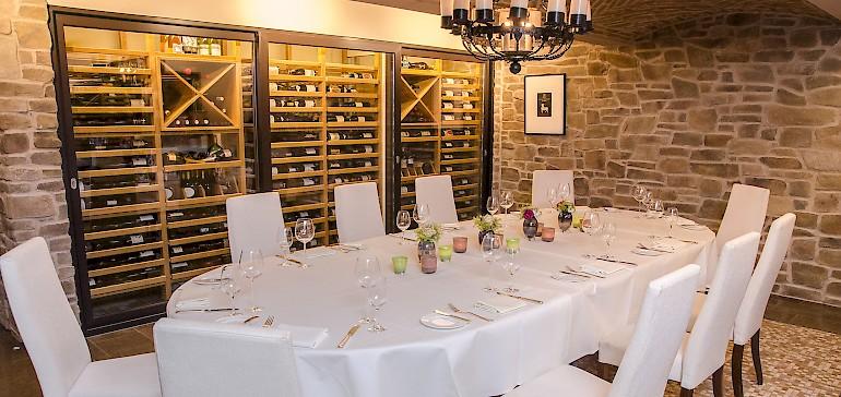 Im Weinkeller im Hotel Kaiserhof servieren wir leckere Menüs und bieten Wine-Tastings an