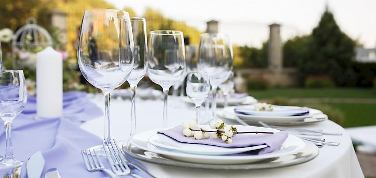 Feiern Sie Ihre Familienfeiern im eigenen Garten und nutzen Sie dafür unser Catering-Angebot