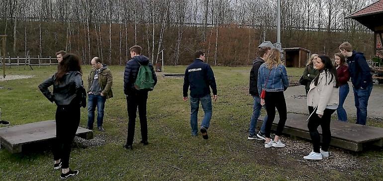 Das Beverland Resort ist bekannt für Teamwork-Events, Dominik erklärt ein Spiel