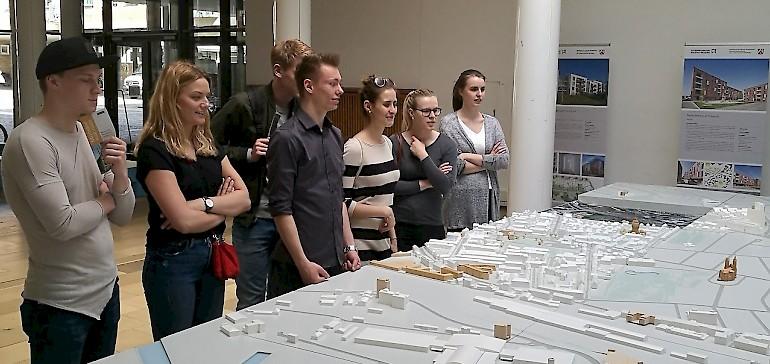 Die Azubis schauen sich den riesigen Modellbau der Innenstadt von Münster an