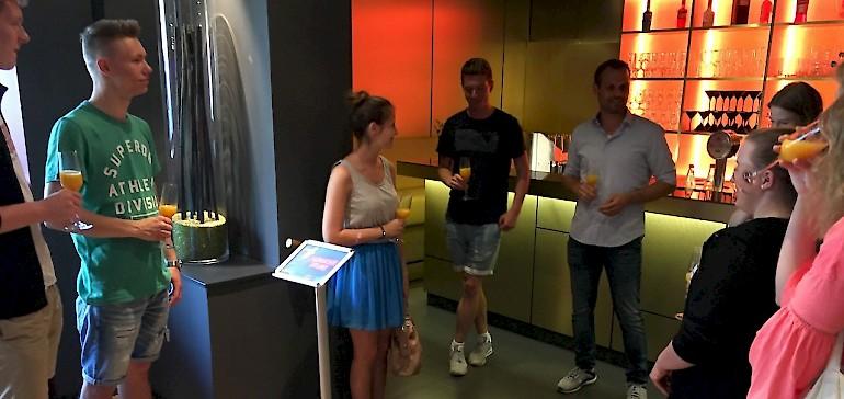 Lennart von Kannen begrüßt die Azubis aus dem Kaiserhof mit einem Getränk an der Bar