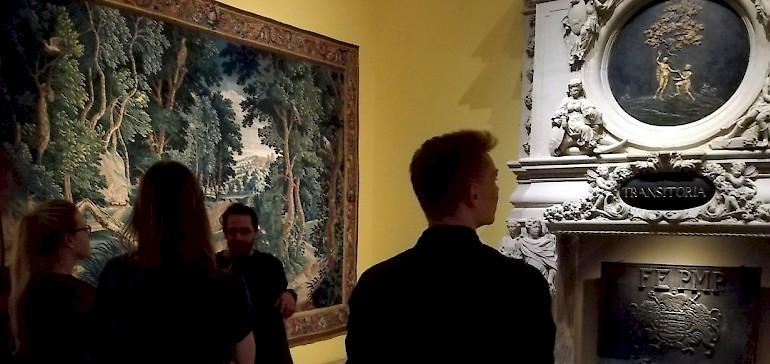Der Mitarbeiter erklärte die verschiedenen Kunststile der aktuellen Ausstellungen