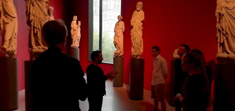 Im roten Saal bestaunten die Azubis diverse Statuen