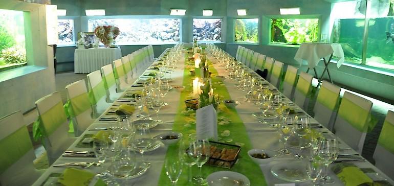 Lange Tafel oder runde Tische. Ein Dinner in der Event-Location Aquarium wird so aufgebaut, wie Sie es wollen.