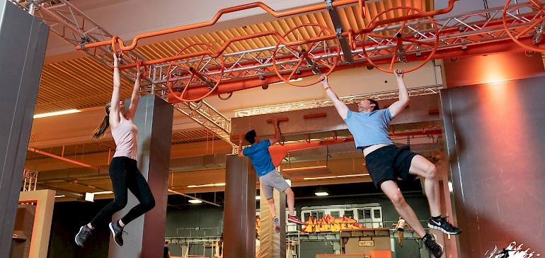 Der Besuch eines Ninja Warrior Parcours ist die neueste Idee für Mitarbeiterevents