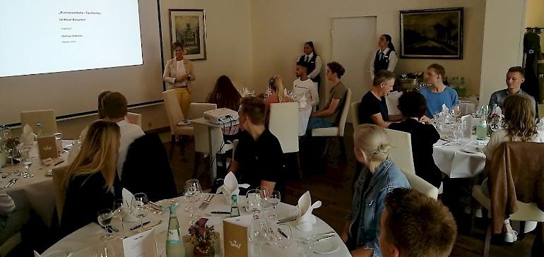 Zum Beginn des Ausbildungsjahres 2018 wurden die neuen und alten Azubis des Kaiserhofs zum Knigge-Dinner geladen