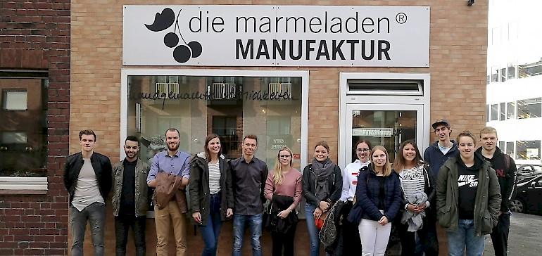 Eine große Gruppe Azubis und Jahrespraktikanten haben die Marmeladenmanufaktur besucht