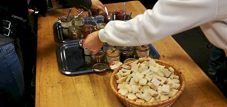 Während neben uns die Marmelade kochte durften wir diverse Sorten probieren