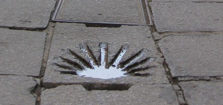Auch in den Gassen der kleinen Städte und Dörfer finden Wanderer das Symbol der Jakobsmuschel als Wegweiser