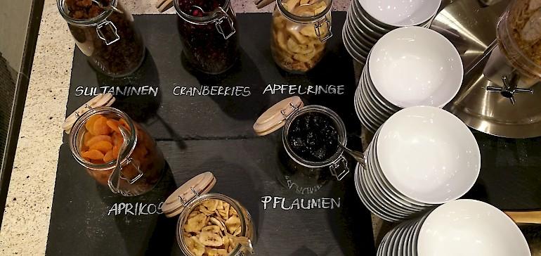 Die Zutaten für ein gesunden Frühstück sind z.B. Körner, Samen und Trockenobst