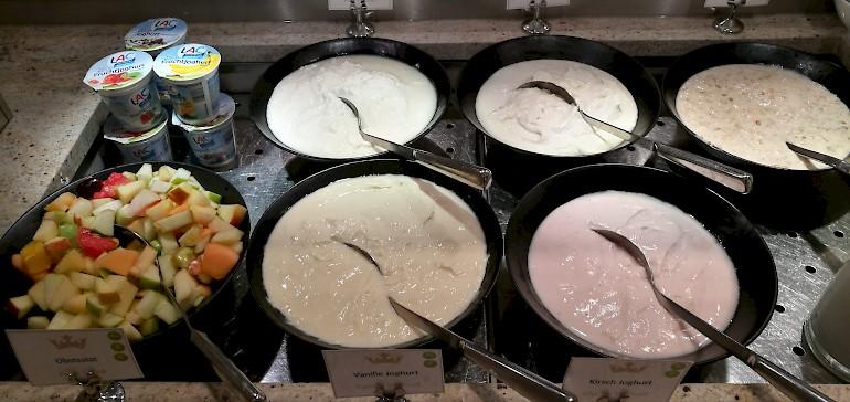 Joghurt und Quark mit Haferflocken und Obst ist ein kalorienarmes Frühstück
