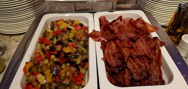 Wer warmes zum Frühstück bevorzugt ist mit gegrilltem Gemüse oder Speck sicher zufrieden