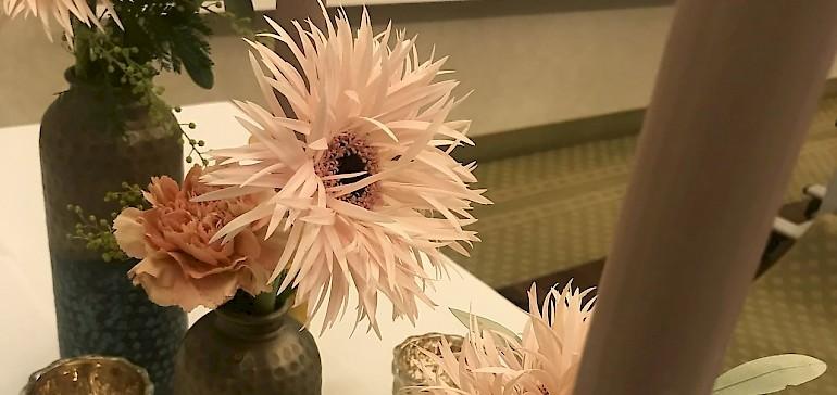 Unterschiedliche Blumen und Deko-Elemente kamen zum Einsatz