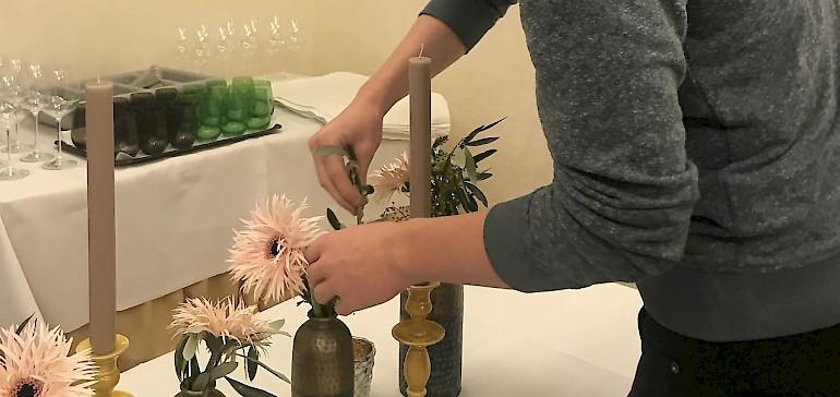 Die Blumen werden in der Vase in die richtige Position gebracht