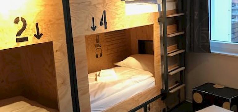 Die Betten bieten genügend Privatsphäre, dass man sich auch im Mehrbettzimmer wohlfühlt