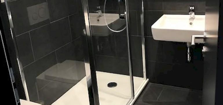 Die Bäder sind sehr modern eingerichtet. Dies ist ein privates Bad eines Doppelzimmers.