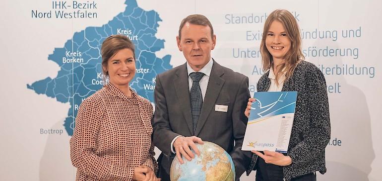 Marleen Roß mit Anja Fenneberg und IHK-Hauptgeschäftsführer Dr. Fritz Jäckel