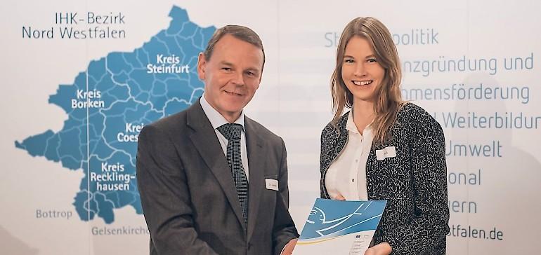 Marleen Roß mit IHK-Hauptgeschäftsführer Dr. Fritz Jäckel