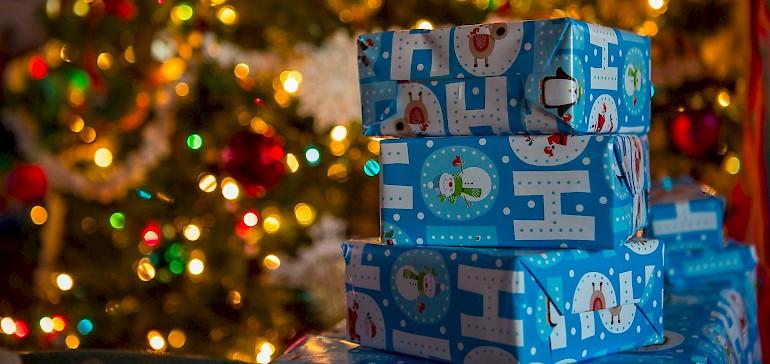 Weltweit liegen an Weihnachten unzählige Geschenke unter dem Weihnachtsbaum