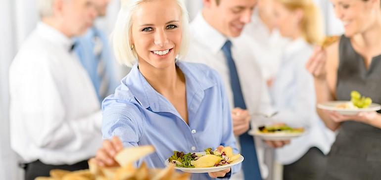 Das Essen Ihrer Weihnachtsfeier kann traditionell als Menü erfolgen oder etwas lockerer, z.B. als Flying Buffet