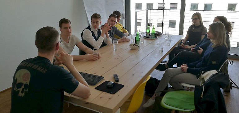 Gespannt hören die Azubis Geschäftsführer Matthias Kampmann von der Werbeagentur DREIKON zu