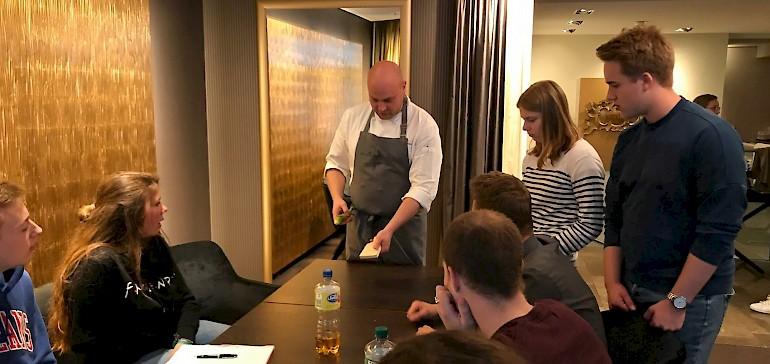 Unser Küchenchef Herr Adrian zeigt unseren Auszubildenden und Jahrespraktikanten den richtigen Umgang mit der Wasabi-Wurzel