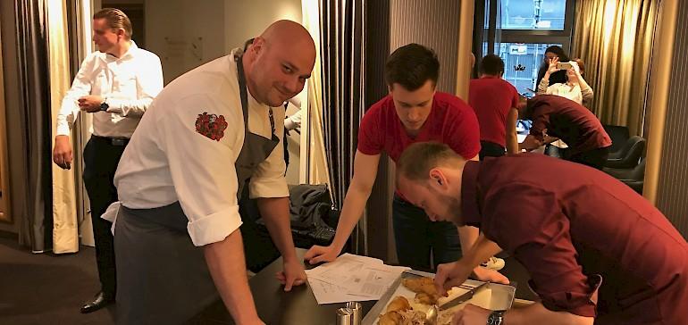 Küchenchef Dimitri Adrian leitet jeden Lehrling bei den ersten Tranchier-Versuchen an