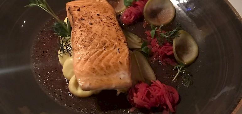 Ein fertiges Gericht mit filetiertem Fisch