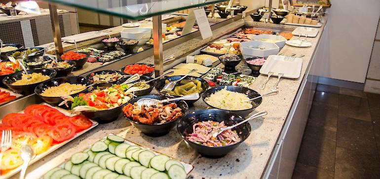 Achten Sie bei der Hotelauswahl auf ein Hotel mit gesundes Vitalfood, z.B. einem umfangreichen Frühstücksbuffet. Dies gibt Energie für den Tag.