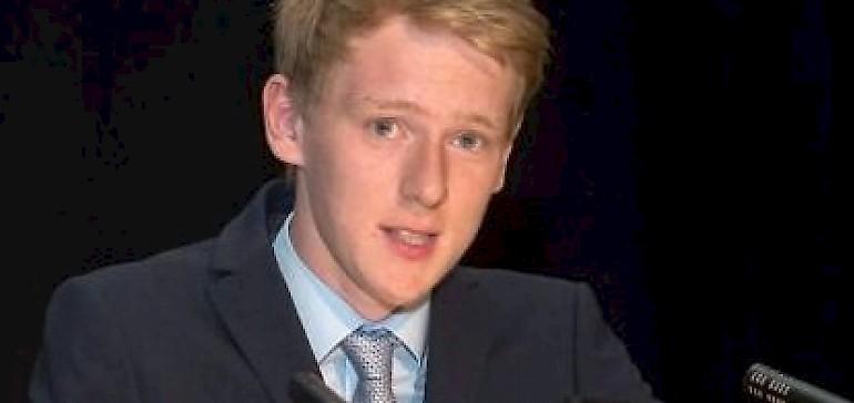 Finn Kersting bei einer Ansprache für den Jugendrat