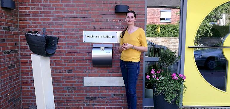 Julia Wieduwilt am Eingang des Hospiz Anna Katharina in Dülmen