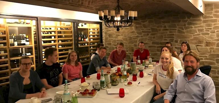 Entspanntes Gespräch mit Münsters Veranstaltungslegende Bernd Redeker im Kaiserhof-Weinkeller