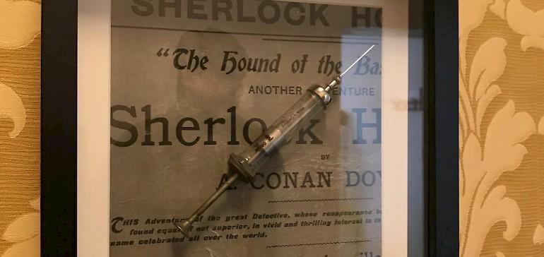 Oder gibt Sherlock Holmes einen Lösungshinweis?