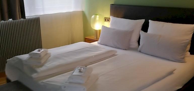 Die Zimmer im Hotel Arcadeon sind zweckmäßig eingerichtet