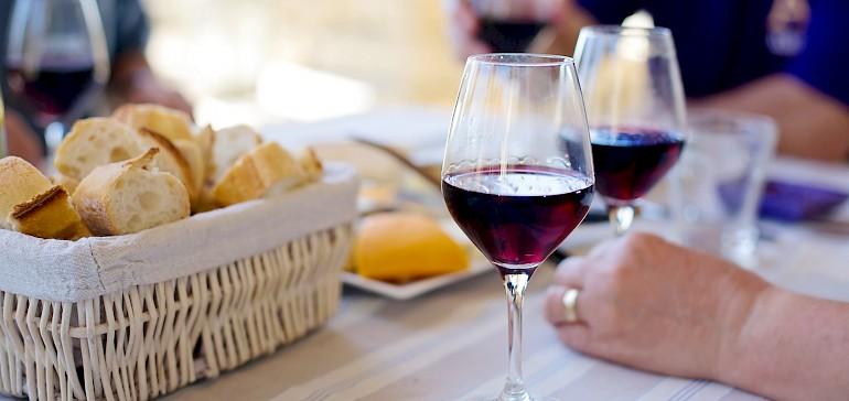 Käse, Baguette und ein guter Rotwein gehören für viele zu einem gemütlichen Abend dazu
