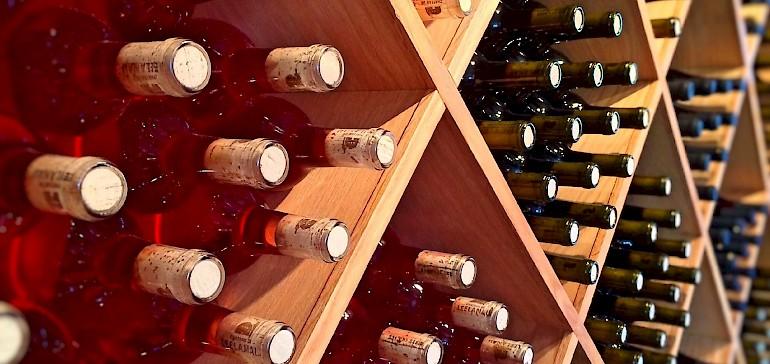 Im Supermarkt oder Fachhandel findet der Kunde prall gefüllte Weinregale