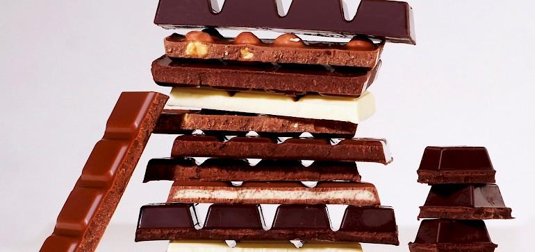Es gibt diverse Schokoladensorten in verschiedenen Farben von Weiß bis Dunkelbraun