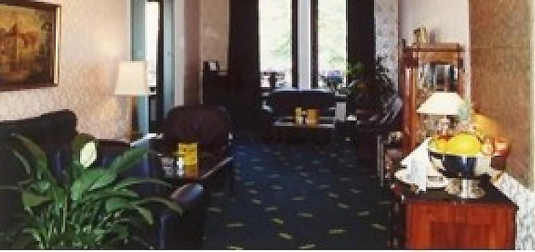 Dunkel eingerichtet war die Kaiserhof-Lobby bis 2001.