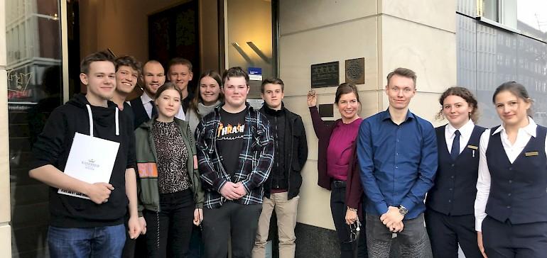 Glücklich präsentieren Anja Fenneberg und die Azubis des Kaiserhofs die erneute Sterneklassifizierung durch den DEHOGA